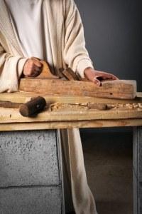 -jesus-el-carpintero-trabajando-con-un-plano-de-madera-en-un-banco