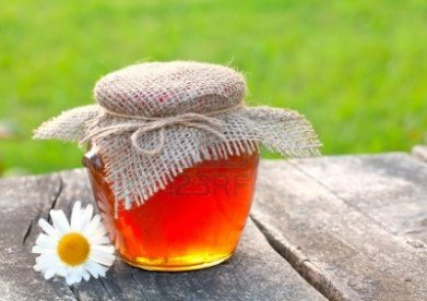 1-tarro-de-miel-en-la-mesa-de-jardin
