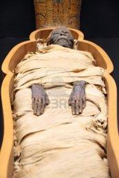 13072343-momia-egipcia-en-un-ataud-abierto
