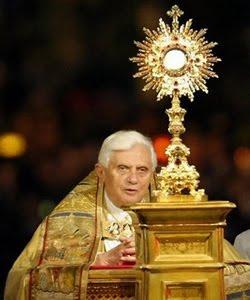 Benedicto XVI-eucaristia-adoracion