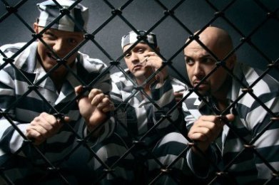 5776408-tres-presos-grupo-de-hombres-con-trajes-de-presidiarios