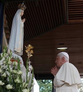 1Benedicto ante Virgen de Fátima