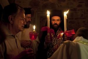 1El-milagro-del-fuego-santo-que-viaja-en-avión-y-se-extiende-por-Grecia