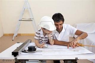 85_5876881-padre-e-hijo-estudiando-trabajando-con-planes-en-casa_p320x640