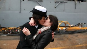 2-women-kiss-620x348