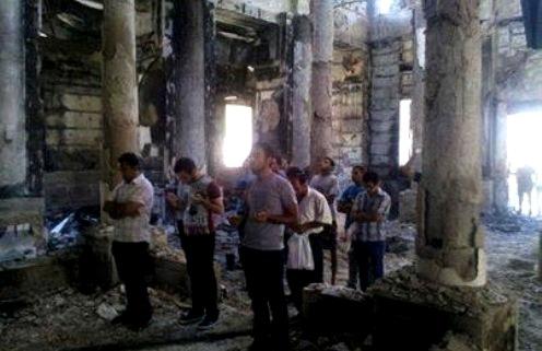 coptos-rezando-en-una-iglesia-egipcia-destruida