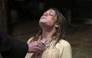 exorcismo-a-una-mujer-con-una-cruz