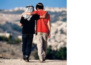 nenes-arabe-y-judio-abrazados