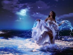 Mujer en el mar con un vestido hermoso