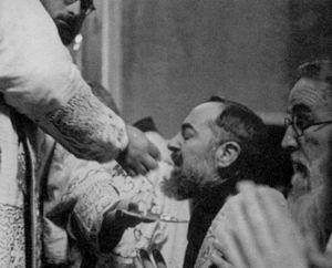Padre Pío comulga de rodillas