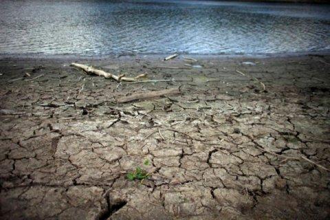 En esta imagen del 15 de junio de 2015, grietas provocadas por la sequía en el embalse de Carraizo, en Trujillo Alto, Puerto Rico. El fenómeno de El Niño provocó un calentamiento de las aguas tropicales del Océano Pacífico, lo que ha afectado el clima a nivel global, con la peor sequía en cinco años en la región Caribeña. Las autoridades de toda la región se preparaban para un árido verano. (AP Foto/Ricardo Arduengo)