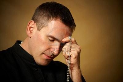 sacerdote-orando-con-rosario-en-sus-manos