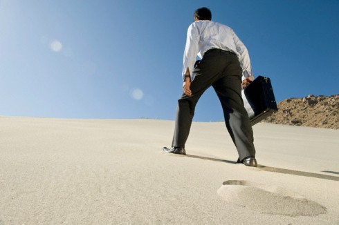cuesta arriba desierto Businessman Walking Uphill With Briefcase in the Desert