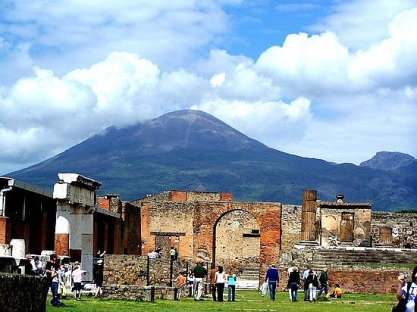 _mount-vesuvius-overlookspompei-ruins
