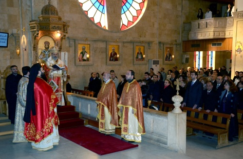 Christian Syrians attend a Christmas service on December 25, 2012, in the city of Aleppo. International peace envoy Lakhdar Brahimi met in Damascus with three opposition groups tolerated by the regime, a day after holding talks with President Bashar al-Assad, an AFP correspondent said. AFP PHOTO/STR