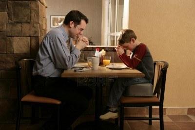 0-padre-e-hijo-rezando-antes-de-comida2