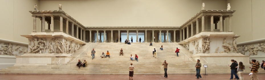 Berlin_-_Pergamonmuseum_-_Altar_01