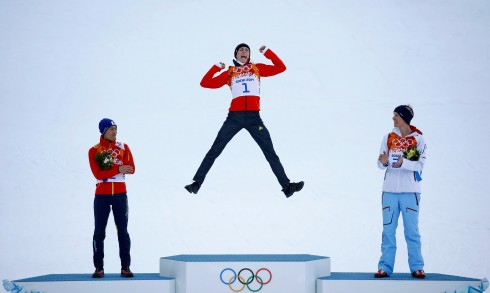 ganadores Winner Germany's Frenzel jumps on the podium during the flower ceremony for the Nordic Combined individual normal hill 10 km event at the Sochi 2014 Winter Olympic Games