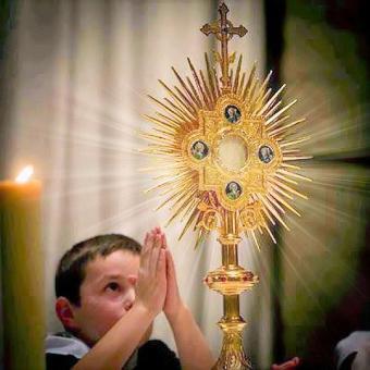 eucaristía niño adorando al santísimo sacramento