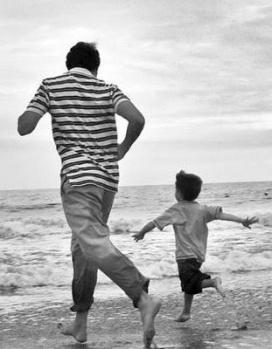 00padre y su hijo corriendo en la playa