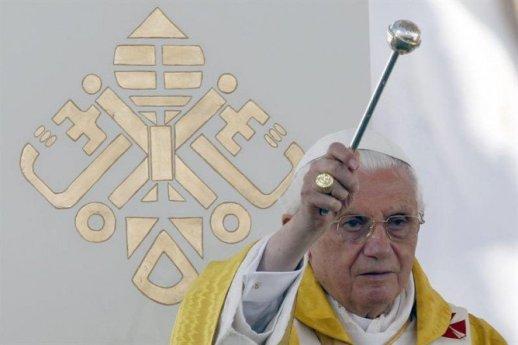 AGUA BENDITA benedicto-xvia-aspergendo-agua-bendita