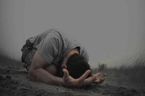 postrado orando