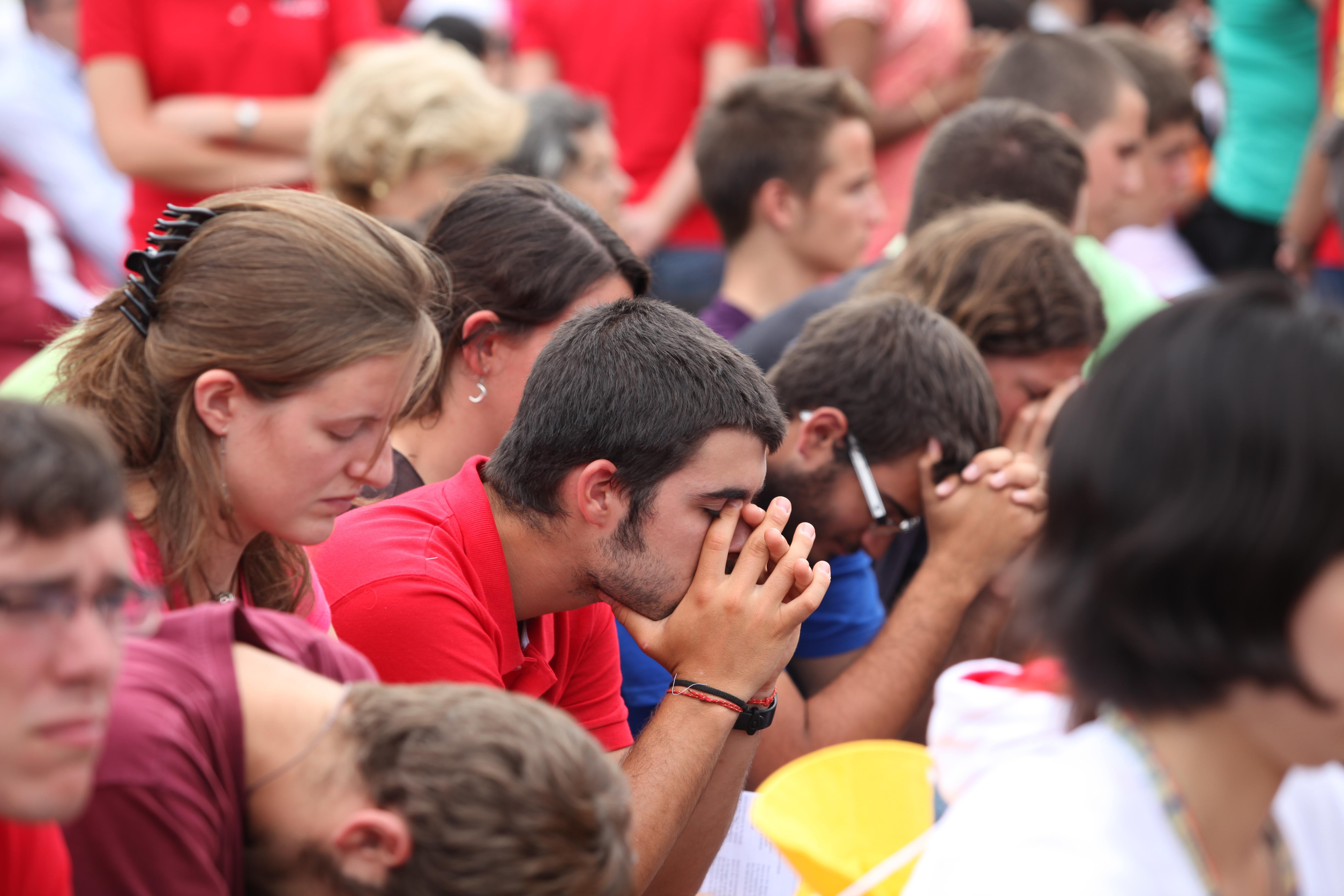 jovenes_rezando EL ROSARIO