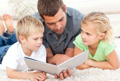 padre-leyendo-un-libro-con-sus-hijos-acostado-en-el-piso-en-el-hogar