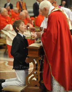 papa -benedicto-xvi-dando-la-comunion
