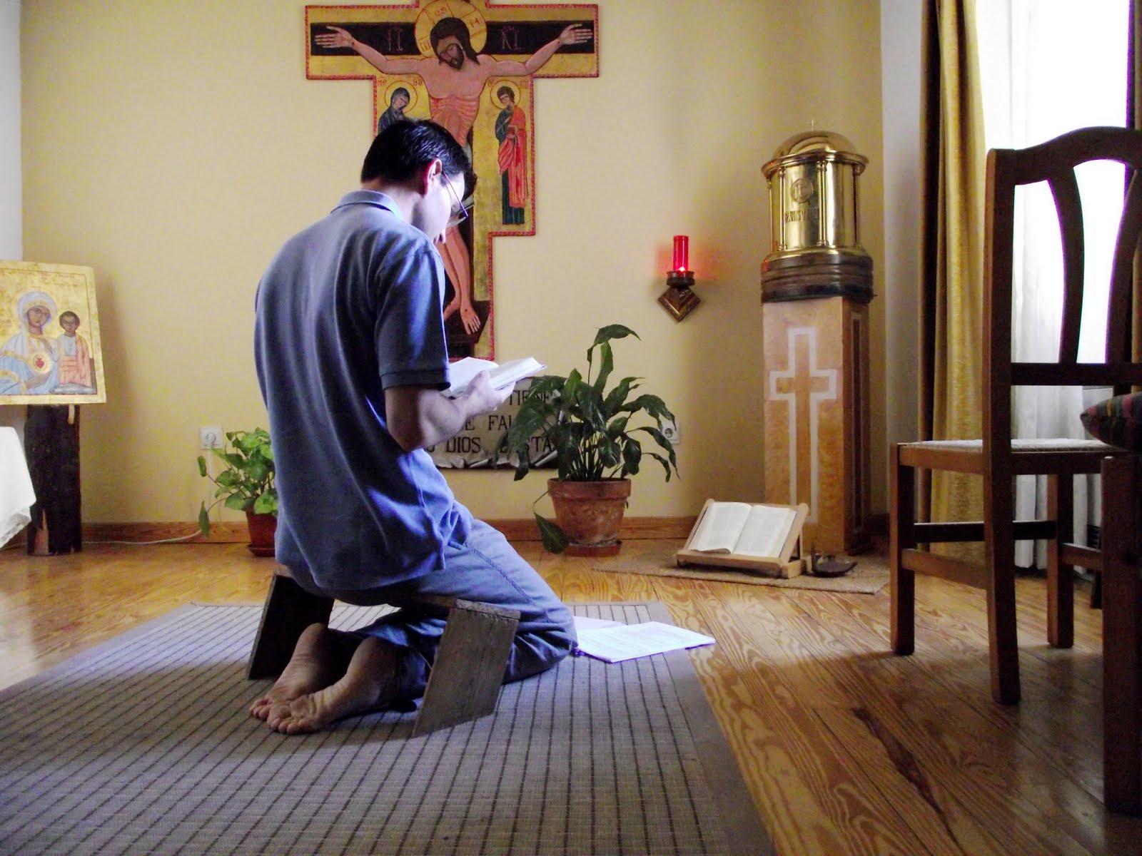 hombre-ora-en-capilla