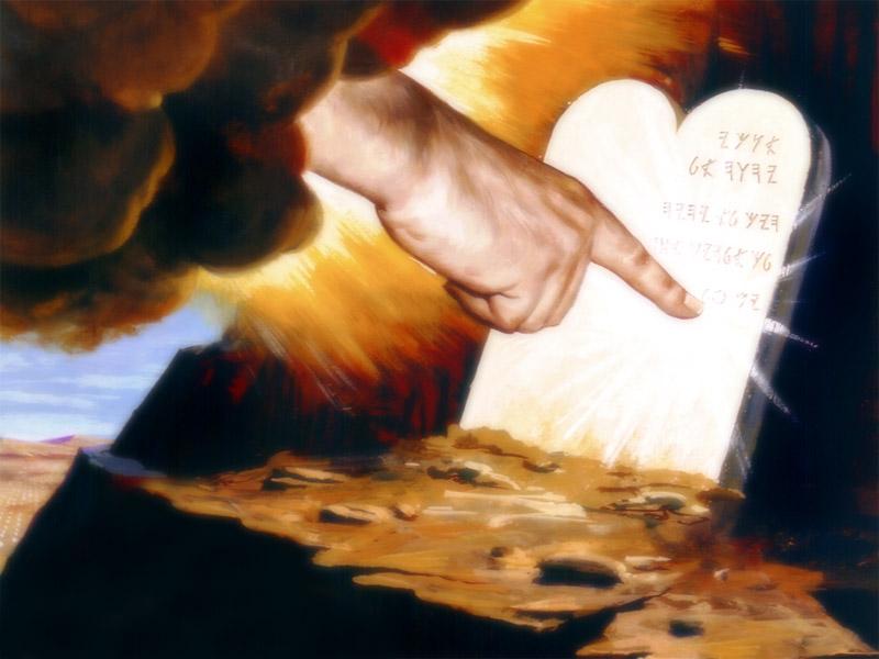 los 10 mandamientos escritos por el dedo de Dios.