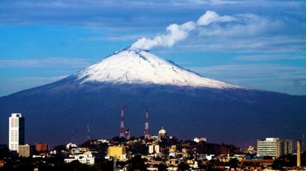 20131012. Puebla, Pue.- El volcán Popocatépetl amaneció con una fumarola de vapor de agua con cenizas y lleno de nieve en sus partes altas, visto desde la ciudad de Puebla. NOTIMEX/FOTO/CARLOS PACHECO/CPP/ENV/