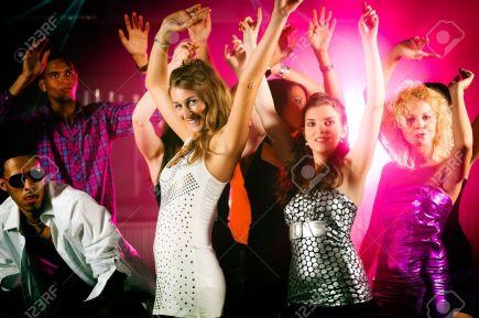000antro danza-de-acci-n-en-una-discoteca-grupo-de-amigos-hombres-y-mujeres-de-distintas-etnias-bailando-con-foto-de-archivo