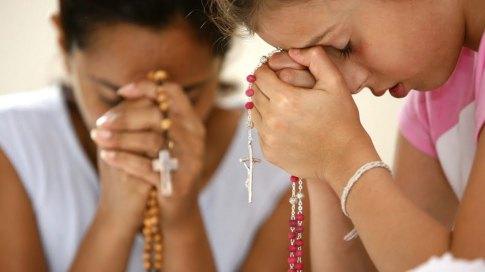rosario rezando