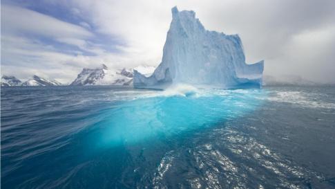 una-fotografia-de-un-gran-iceberg